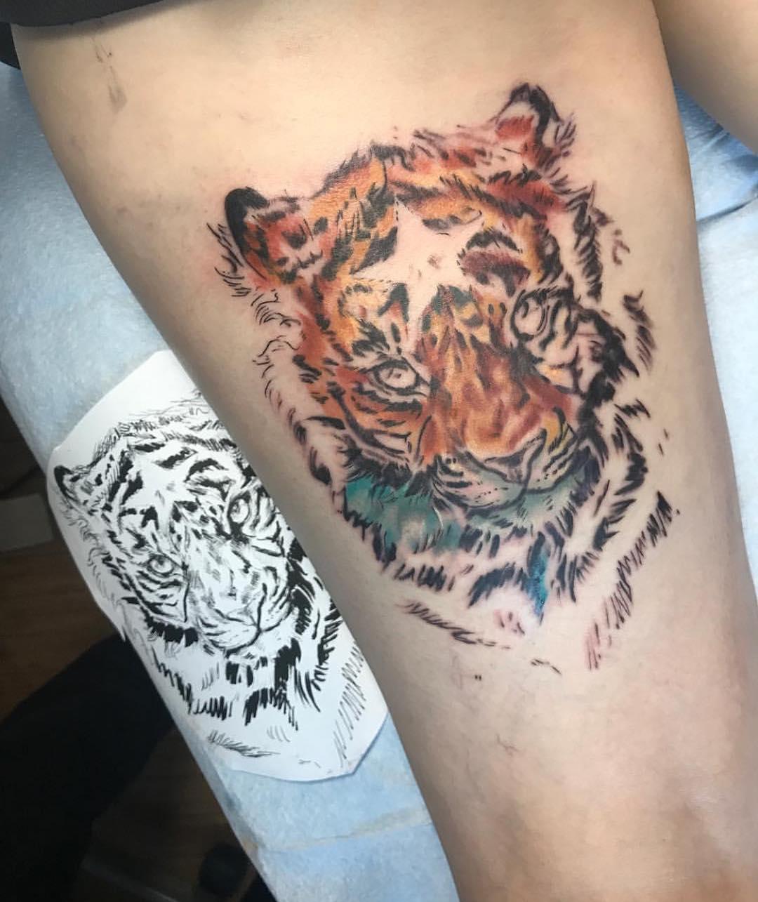 雷小姐大腿虎纹身图案