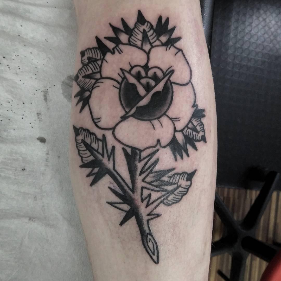 武汉和昌森林湖做文字记者的卢先生小臂黑灰玫瑰纹身图案
