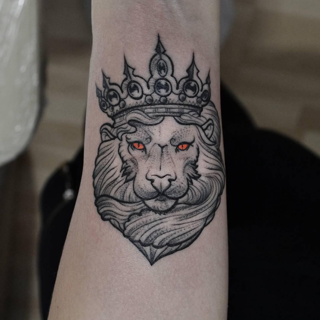 史先生手臂皇冠狮子纹身图案