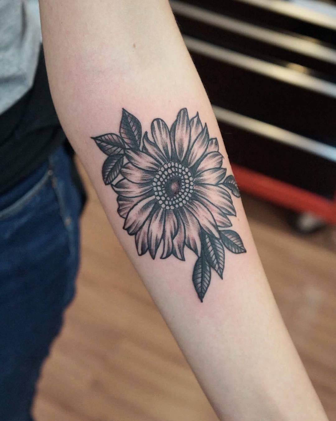逑小姐小臂黑灰太阳花纹身图案