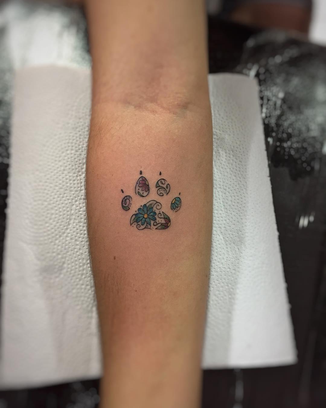 庄小姐小臂狗狗脚印纹身图案