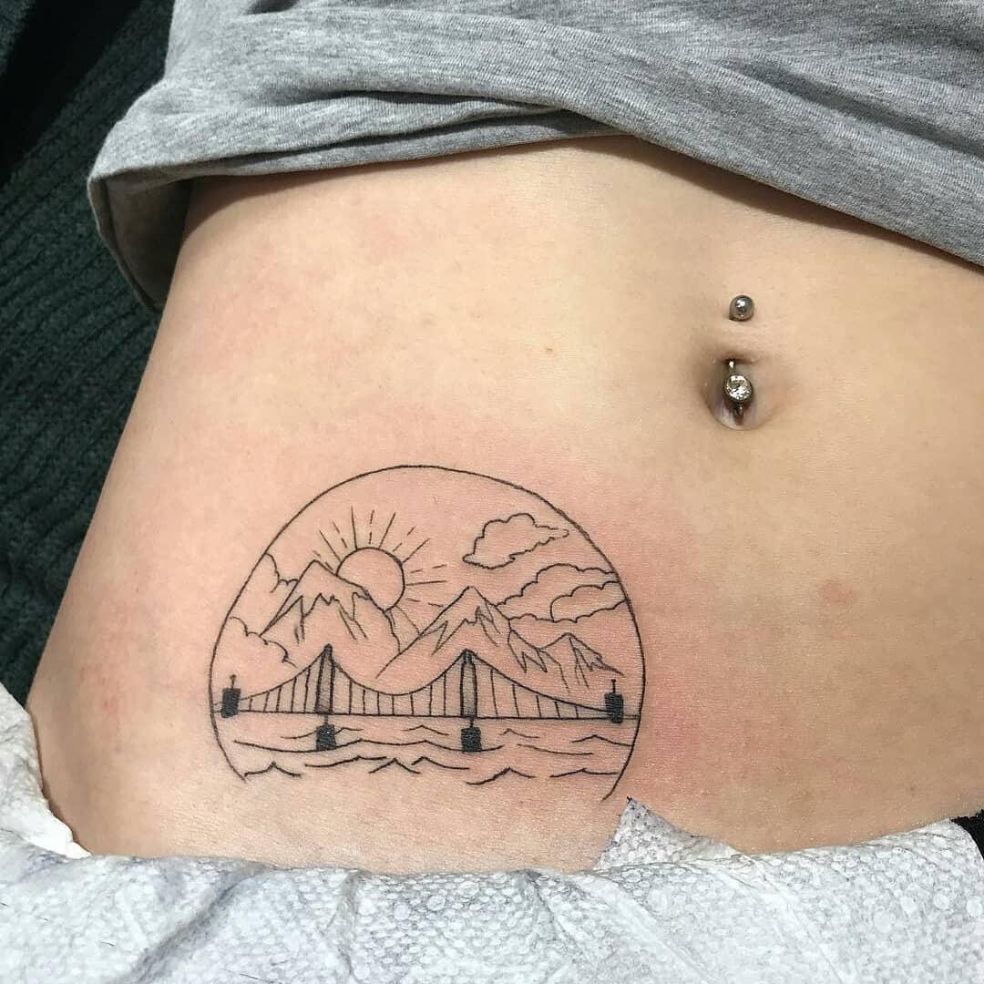 做基金经理助理的盖小姐腹部美杜莎纹身图案