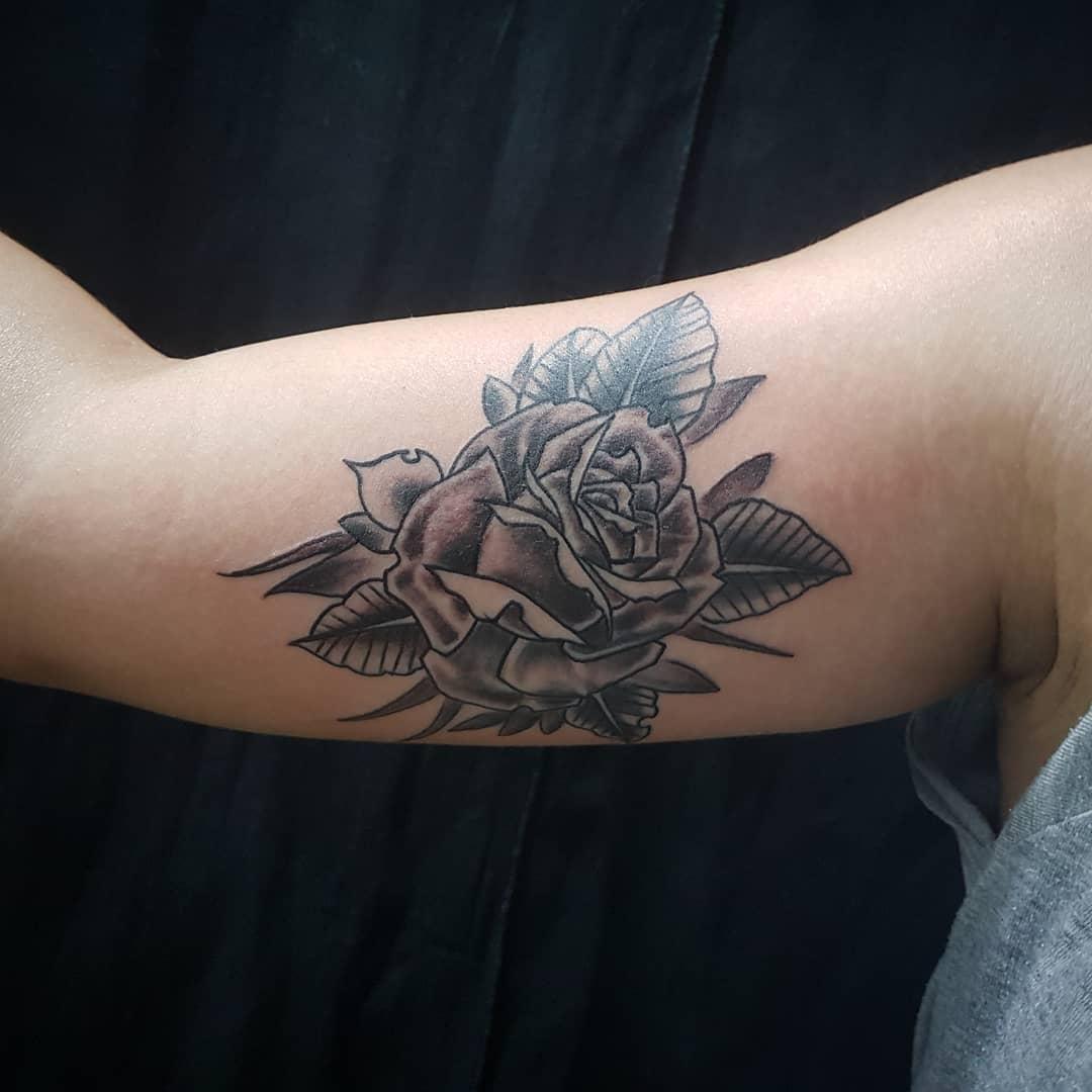 荀先生大臂黑灰玫瑰纹身图案